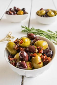 Rosemary sun-dried tomato olives are an easy, no-cook appetizer. Kalamata and green olives with chopped sun-dried tomatoes marinated in oil and rosemary. Easy Party Food, Party Food And Drinks, No Cook Appetizers, Appetizer Recipes, Healthy Side Dishes, Healthy Snacks, Marinated Olives, Vegetarian Recipes, Cooking Recipes