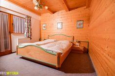 Schlafzimmer aus Vollholz im Tiroler Blockhaus  www.mitterer.at
