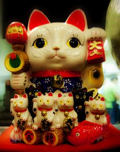 Japanese 'beckoning cat' Maneki-neko, which is often believed to bring good luck to the owner. Japanese Bobtail, Japanese Cat, Cute Japanese, Maneki Neko, Neko Cat, Japan Icon, Bobtail Cat, Cat Decor, Cat Crafts