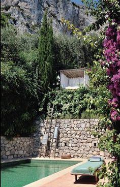 Une piscine semi enterr e avec un coin d tente au fond et for Entretien jardin bidart