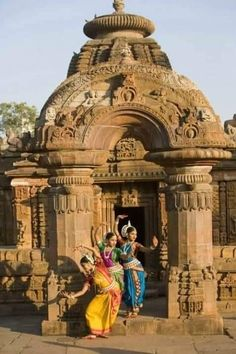 Indian Temple Architecture, Ancient Architecture, Beautiful World, Beautiful Places, Indian Classical Dance, Amazing India, Hindu Temple, Temple India, Varanasi