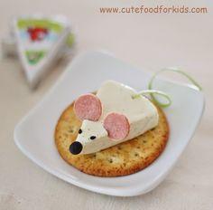 Original ratón de queso sobre una tosta de pan con orejas de jamón de york.