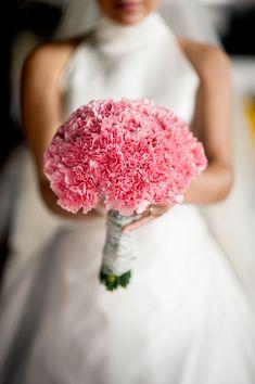 Ramo hecho sencillamente con claveles rosas. Lo barato puede ser también una buena opcion. #bodas #antequera #jardinesdelcortijuelo #ramo #flores #novia #bride #color #bouquet #flor #idea #rosa #clavel Carnation Wedding Bouquet, Hydrangea Bouquet Wedding, Diy Wedding Bouquet, Bride Bouquets, Bridesmaid Bouquet, Affordable Wedding Flowers, Cheap Wedding Flowers, Love Story Wedding, Liliana