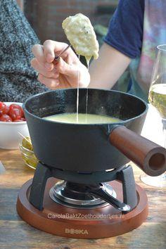De lekkerste kaasfondue maak je zelf met goede kaas en lekkere wijn. Dit klassieke kaasfondue is mijn favoriet! Je vindt het recept en lekker veel tips voor bij de kaasfondue!