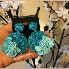 No hay texto alternativo automático disponible. Handmade Jewelry Designs, Beaded Jewelry Patterns, Embroidery Jewelry, Fabric Jewelry, Beaded Embroidery, Statement Earrings Outfit, Beaded Earrings, Earrings Handmade, Fancy Jewellery