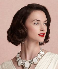 For brides with shorter hair who want the Gatsby-inspired style, this stunning 'do parted to one side and curled at the bottom is one way to achieve that particular look.