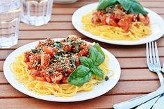 Spaghetti mit Putenbolognese und Basilikumcrunch | Fashion Kitchen