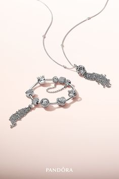 Bring a natural boho-chic vibe to bracelets and necklace chains with the stunning sterling silver dangle and statement piece. Make the look even more enchanting by wearing the dangle together with nature-inspired charms.