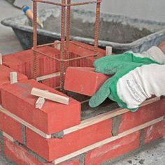 Construire un poteau de brique en béton armé Villa Design, House Design, Modern Fence Design, Build Outdoor Kitchen, House Foundation, Home Design Floor Plans, Brick Architecture, Construction, Red Bricks