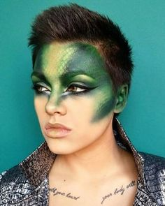 Looking for for ideas for your Halloween make-up? Browse around this site for creepy Halloween makeup looks. Halloween Makeup Videos, Unique Halloween Makeup, Halloween Costumes, Scary Halloween, Medusa Halloween, Halloween Parties, Medusa Make-up, Dragon Costume Women, Snake Costume