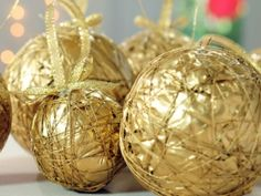 Christmas ornaments with some paper and string! Christmas Holidays, Christmas Bulbs, Holidays And Events, Diy Art, Diy Crafts, Holiday Decor, Handmade, Reyes, Ideas Para