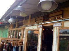 שנייה אחת- מושב עופר, חוף הכרמל   חנות יד שנייה המשלבת בגדים, כלים ואוויר