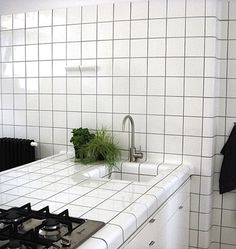 white square tiles…all the way into the sink Kitchen Interior, Kitchen Decor, Nice Kitchen, Kitchen Black, Decorating Kitchen, Design Kitchen, White Square Tiles, White Tiles, Decor Interior Design