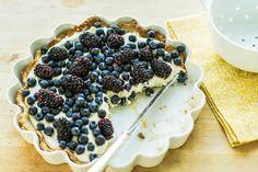 Rezept für eine leichte Low Carb Heidelbeertorte: Dieser kohlenhydratarme Kuchen ist ohne Zucker und Getreidemehl gebacken. Er ist kalorienarm und enthält viel Eiweiß ...