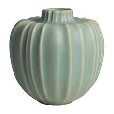 Placera din favoritblomma i den vackra Fröhus vas liten designad av Eva och Olof Paradis för det öländska varumärket Paradisverkstaden. Vasen är tillverkad i glaserad stengodslera och har en vacker form inspirerad av blommornas frökapslar. Matcha vasen tillsammans med andra populära produkter ur Fröhus-serien och skapa din egna personliga samling av vacker keramik! Välj mellan olika färger.