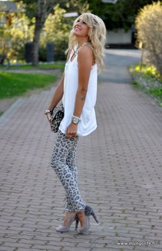 leopard skinnies~ adorable....especially with the longer white shirt. Skinnies DONE RIGHT!!!! *