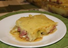 CORNED BEEF AND CABBAGE CASSEROLE WITH MASHED POTATO CRUST ~ Doesn't have eye-appeal but I bet it tastes yummy and sounds like a great way to use up leftovers from St Patrick's Day.