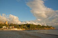 Während des Urlaubs auf Sizilien weckte mich mein Freund sehr früh und wir fuhren zu einem Strand, den er am Tag zuvor erkundschaftet hatte. Die Sonne ging langsam auf und das Wasser war eiskalt, aber es war trotzdem romantisch so ganz allein am Strand.