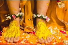 For your Haldi ceremony, keep it minimum with this anklet with small flowers and leaves. Bridal Shoes, Bridal Jewelry, Flower Jewelry, Wedding Season, Wedding Day, Anklet Designs, Haldi Ceremony, Bride Look, Natural Looks
