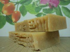 Sabonete Oliva 60 Sabonete de óleo de oliva, óleo de coco, manteiga de karité, ácido esteárico e rosa mosqueta. Aroma: essência de jasmim.