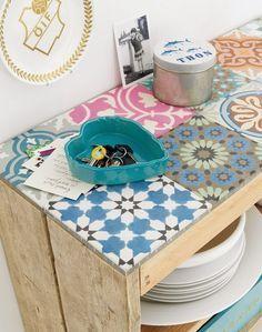 En casa siempre se necesita espacio de almacenaje.   ¿Que tal os parece ,si creamos una preciosa mesa auxiliar con palets y baldosas hid...
