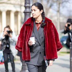 Street style para o inverno, com casaco de pele e alfaiataria