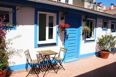 in Lisboa, PT. Charming renovated studio , with its small sunny terrace , in the district of Estrela, 300 meters from Jardim and the Basilica of Estrela, where you can take the famous tram 28. The Rato metro station is 3 min walking, Bairro Alto is 15 minutes wa...