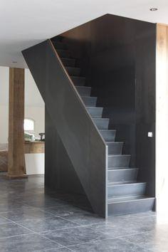 Blauwstaal trap langs stalen wand