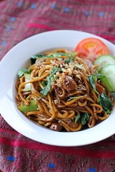 Mee Goreng 500 g Fresh Hokkien noodles / Yellow noodles 3 bunches Shanghai bok choy 100 g sliced fish cake 200 g chicken breast, sliced 2 tbsp chili sa. Chinese Cooking Wine, Chinese Food, Shanghai Noodles, Pak Choi, Asian Recipes, Ethnic Recipes, Malaysian Food, Asian Noodles, Gastronomia
