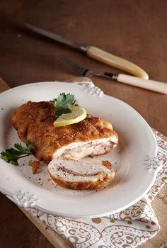 Δύσκολο να αντισταθείς σε ένα τέτοιο πιάτο… Ολόκληρα φιλέτα κοτόπουλου, γεμίζονται με ζαμπόν και γραβιέρα, πανάρονται και στο τέλος τηγανίζονται. Μια ωραία μαρουλοσαλάτα τα συνοδεύει άψογα.