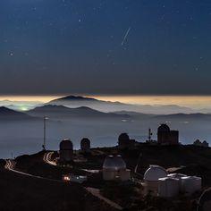 Um meteoro foi registrado em uma foto no observatório La Silla, do ESO (Observatório Europeu do Sul), no deserto do Atacama, Chile. A fotografia impressionou amantes de astronomia por juntar com perfeição imagens do espaço e da Terra, mostrando as estrelas e o rastro de luz esverdeado do meteoro Geminid, além de montanhas e as cúpulas do observatório. O ESO afirmou que o céu escuro e o ar limpo do Atacama tornam o local ideal para observações astronômicas