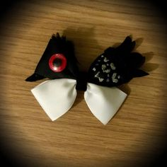 Finding Dory Becky Disney Character Inspired Hair Bow. Black and White Grosgrain Ribbon Decorated with Silver Glitter Accents, Eye feature, Tail Feathers, Felt Beak and Black Fur Tuft. Mounted on an alligator clip. I can do custom bows, just let me know if youd like something specific. Price is for single bow.