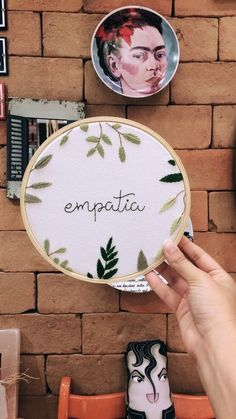 Empatia Diy Embroidery Patterns, Embroidery Hoop Crafts, Hand Embroidery Flowers, Embroidery Sampler, Flower Embroidery Designs, Learn Embroidery, Modern Embroidery, Embroidery Art, Cross Stitch Embroidery