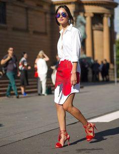 Street style de Nicole Warne com saia de flor e camisa branca.