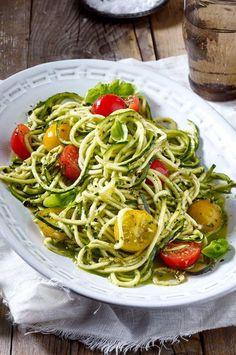 Auch als Salat schmecken Zoodles einfach köstlich - dieses Rezept mit Basilikumpesto und Kirschtomaten ist der beste Beweis dafür! #zoddles #zucchininudeln #zucchini #sommer #sommerrezept #zucchinisalat #salat #zucchinirezepte Spaghetti, Italian Cooking, Ethnic Recipes, Food, Carb Free Pasta, Complete Nutrition, Eat Healthy, Shelves, Popular Recipes