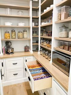 Kitchen Butlers Pantry, Pantry Room, Kitchen Pantry Design, Butler Pantry, New Kitchen, Kitchen Storage, Kitchen Organization Pantry, Pantry Ideas, Pantry Inspiration