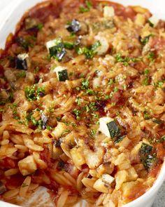 Deze Zuiderse ovenschotel zou wel eens een blijvertje kunnen zijn! Het is echt een éénpotsgerecht: je maakt alles in dezelfde pot klaar, ook de pasta.