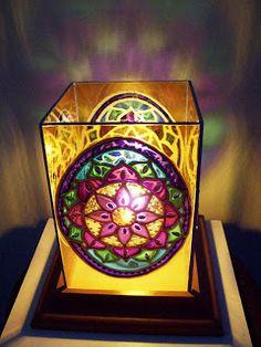 Bia Quevedo: Luminárias em vitral - 10cm x 15cm Craft Art, Craft Ideas, Book Markers, Sun Catcher, Tea Light Holder, Outdoor Lighting, Wind Chimes, Fabric Crafts, Tea Lights