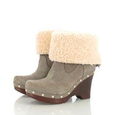 UGG ist eine australische Marke, im Jahre 1978 gegründet, ist sie heutzutage eine echte Zeiterscheinung. Sie hat den ganzen Planeten dank ihrer Boots, die bei allen Gelegenheiten getragen werden können, erobert. #UGG #eboutic #privatverkauf Ugg Boots, Uggs, Shoes, Fashion, Boots, Fashion Styles, Planets, Moda, Zapatos
