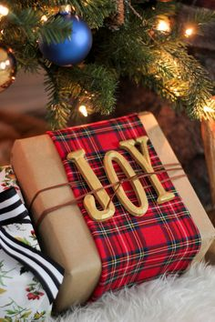 Looking for some creative Christmas wrapping and packaging inspiration? This time of year, I think we all are! If so, today's post has you covered. I'm sharing over clever and creat… design ideas christmas wrapping and packaging inspiration Tartan Christmas, Plaid Christmas, Best Christmas Gifts, Winter Christmas, Christmas Crafts, Classic Christmas Presents, Merry Christmas, Classic Christmas Decorations, Southern Christmas