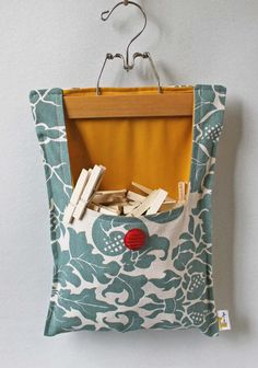Your place to buy and sell all things handmade Clothes Pin Bag by OnceAgainVintageShop on Etsy - no longer being sold but maybe I could DIY my own? Fabric Crafts, Sewing Crafts, Sewing Projects, Diy Clothespin Bag, Peg Bag, Primitive Bathrooms, Sewing Aprons, Sewing Hacks, Diy And Crafts