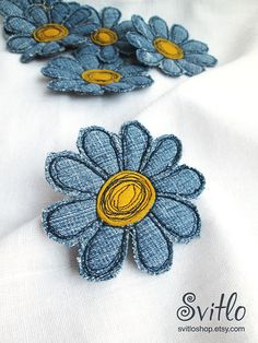 Denim flower brooch Fabric daisy single flower pin Textile art flower jewelry Denim daisy brooch Summer party Summer outdoors Gift for her - Jeans Blume Brosche Stoff Gänseblümchen einzelne Blume Stift Textilkunst Blume Schmuck Denim Gän - Free Motion Embroidery, Hand Embroidery Designs, Machine Embroidery, Etsy Embroidery, Jean Crafts, Denim Crafts, Denim Flowers, Fabric Flowers, Art Flowers