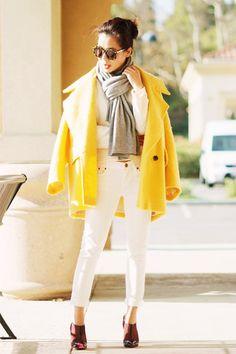 Tenue: Manteau jaune, Pull imprimé blanc, Jean blanc, Escarpins en cuir bordeaux