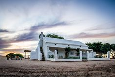 Geniet die plaaslewe by Witklip Guest Farm naby Moorreesburg. Stone Cottages, Beach Cottages, Beach Cottage Exterior, Farm Cottage, Weekends Away, Farmhouse Interior, Old Houses, Farm Houses, Beautiful Homes