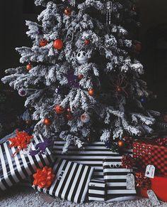 Halloween Christmas Tree, Pagan Christmas, Purple Christmas Tree, Dark Christmas, Christmas Themes, Christmas Stuff, Fall Halloween, Merry Christmas, Halloween Decorations