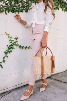 The Perfect Pink Workwear Pants - Gal Meets Glam Trajes Business Casual, Business Casual Outfits, Professional Outfits, Classy Outfits, Business Attire, Office Fashion, Work Fashion, Street Fashion, Fashion Gal