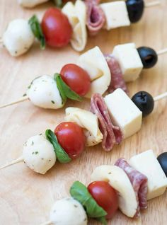 Antipasto Skewers - An easy, impressive party appetizer! Delicious ingredients all together in one little appetizer skewer. These Antipasto Skewers are a super easy, make-ahead, grab-and-go party snack! Cold Party Appetizers, Skewer Appetizers, Make Ahead Appetizers, Wedding Appetizers, Snacks Für Party, Finger Food Appetizers, Yummy Appetizers, Appetizer Recipes, Easy Thanksgiving Appetizers