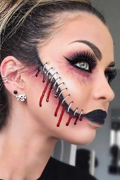Are you looking for the most beautiful Halloween makeup ideas to look the best a. Are you looking for the most beautiful Halloween makeup ideas to look the best at the party? Beautiful Halloween Makeup, Creepy Halloween Makeup, Gorgeous Makeup, Creepy Makeup, Horror Makeup, Diy Maquillage Halloween, Helloween Make Up, Fx Makeup, Makeup Ideas