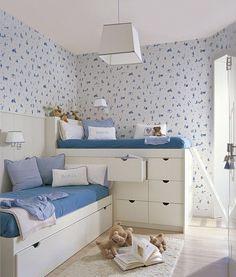 Colocar la camas en L a diferentes alturas y aprovechar el espacio inferior para almacenaje puede ser la solución que estabas buscando. ¿Quieres más ideas ingeniosas para habitaciones infantiles? ¡Tenemos hasta 30! (link en la bio)  #elmueble #niños #infantil #dormitorioinfantil #kidsroom #pocosmetros #smallspaces #literas #bunkbed