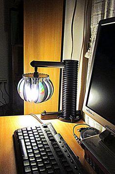 Pantalla hecha de discos de computadora y lámparas con ellos